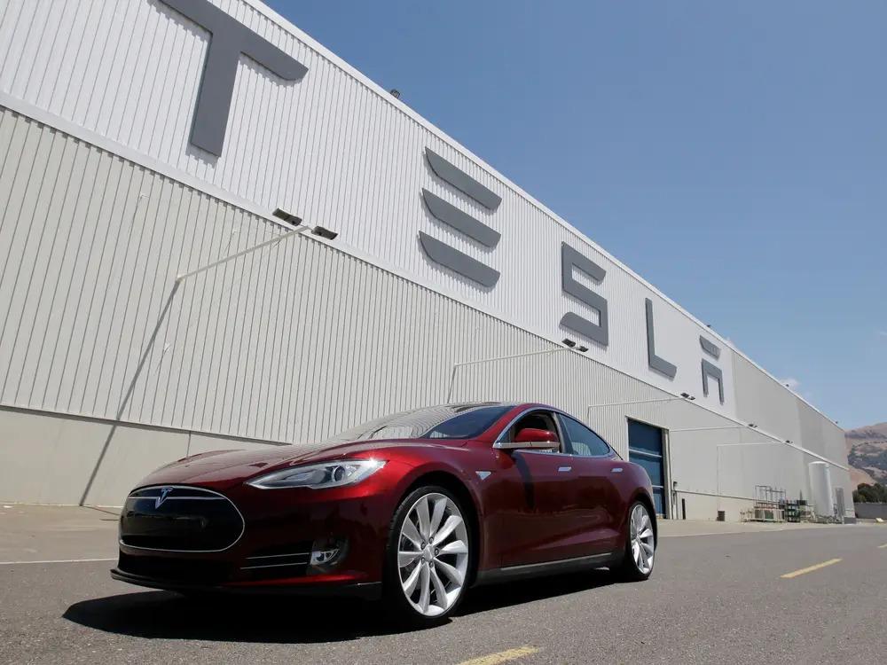 Tesla cheamă în service 30.000 de mașini Model S și X pentru probleme la suspensie