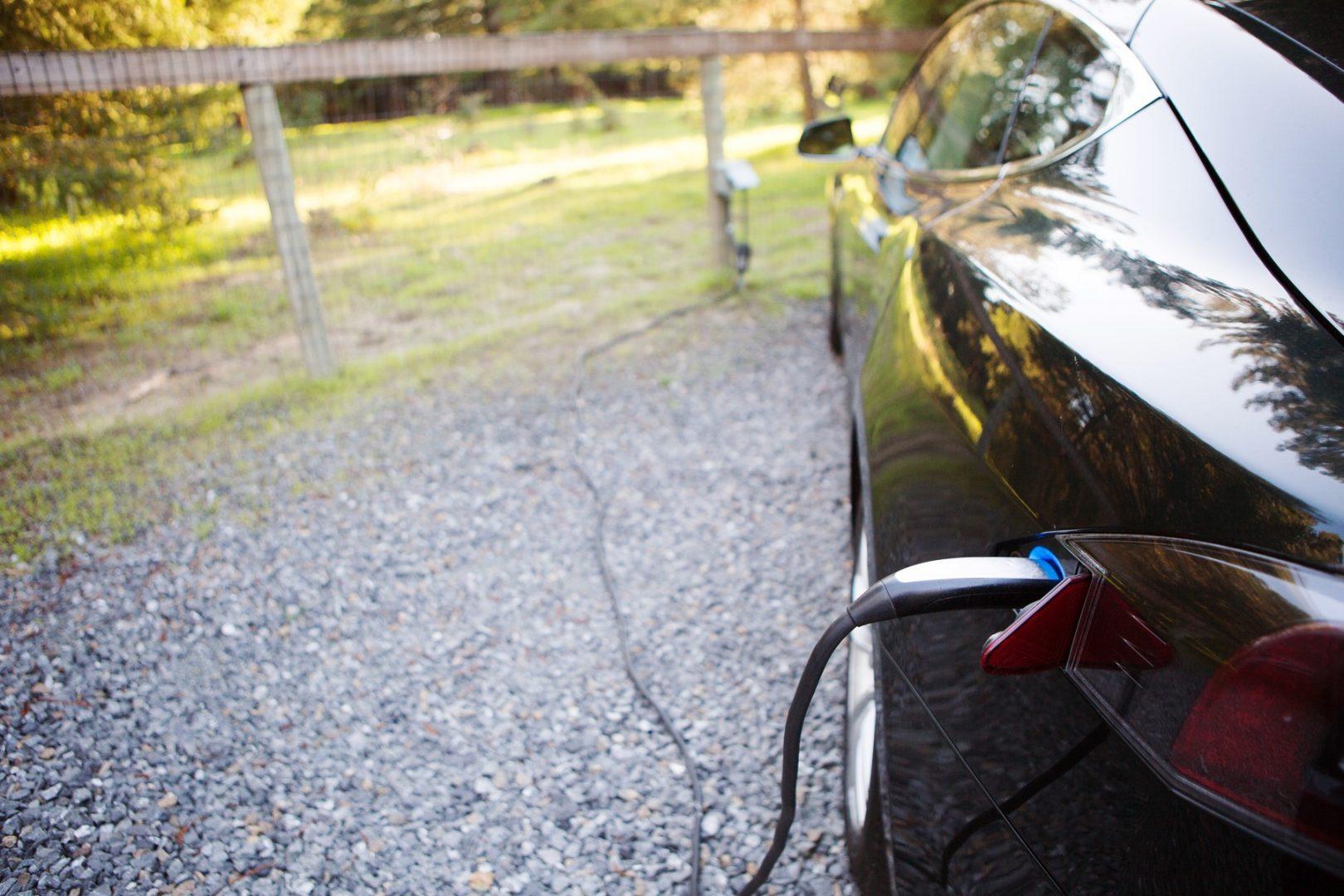 Hoți înamați au abandonat un automobil electric deoarece nu au știut să îl conducă