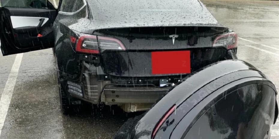 VIDEO: Iată ce a pățit un automobil Tesla Model 3 care a trecut printr-o baltă