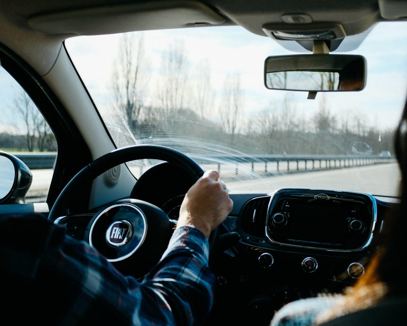 Apple brevetează o tehnologie care permite detectarea fisurilor în parbrize auto înainte ca dauna să devină vizibilă
