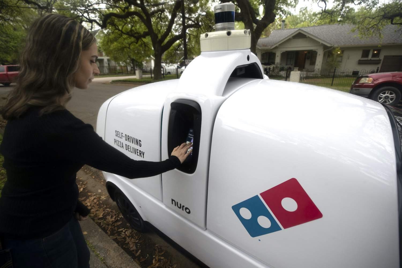 Domino's Pizza deja începe să facă livrări cu mașini autonome în SUA