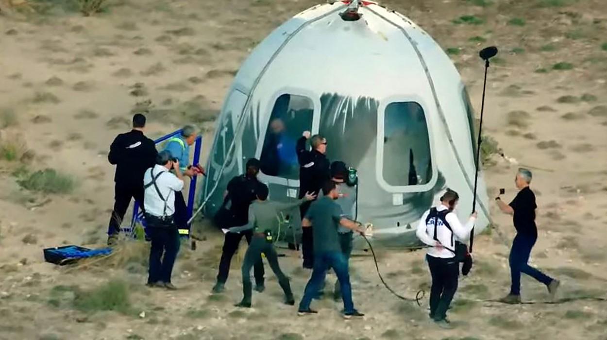 Miliardarul Jeff Bezos a mers în spațiu, în prima misiune cu echipaj uman a Blue Origin